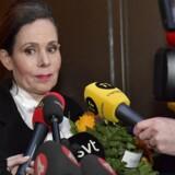 Sara Danius taler med journalister efter det møde torsdag aften, der kostede hende posten som Det Svenske Akademis permanente sekretær. Foto: Jonas Ekstromer.