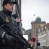 Svært bevæbnet politi ved den jødiske Synagoge i Krystalgade mandagen efter Dan Uzan blev skuddræbt samme sted.