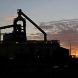 Det britiske mineselskab Anglo American rasler ned med 10 pct. til 243,25 pence, ligesom også kobberspecialisten Antofagasta og minegiganten BHP Billiton falder med henholdsvis 5 pct. til 412,20 pence og 5 pct. til 674,30 pence på børsen i London.