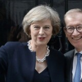 Den nye premierminister Theresa May sammen med sin mand Philip John udenfor Downing Street 10 onsdag aften.