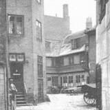 Wismars Gang set fra Gammel Mønt. Det var i dette kvarter, de første tilfælde af pest blev konstateret i 1711, og på en åben plads i bunden af gangen blev der senere på året anlagt en pestkirkegård. Foto 1898, Før og nu, 4. årg.