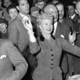Filmstjernen og danseren Ginger Rogers gæster Tivoli i København, hvor hun kaster bolde i Det Muntre Køkken.