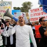 Hundredevis af israelske demonstranter protesterede i december mod Kåre Schultz' nedskæringsplaner i medicinalgiganten Teva.