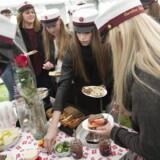 Studenter fra 3.X på Holstebro Gymnasium får her en bid mad, før turen går videre. (Arkivfoto, d. 25 juni 2015)
