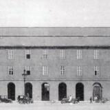 Politigården set fra Mitchellsgade ved indvielsen i 1924. Fra Kell Elgstrøm og Susanne Pouline Svendsen: Københavns Politigård 1924-1999.
