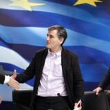 Den græske finansminister Euclid Tsakalotos (i midten) mener, at fremgangen med bankerne går langt hurtigere end ventet. Arkivfoto.