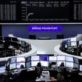 Små udsving præger de europæiske aktiemarkeder fredag, men der komme mere spræl i markedet i eftermiddag, når der offentliggøres arbejdsløshedstal i USA.