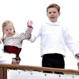 Kronprinsparret på besøg i Grønland. Prins Christian hjælper lillesøster Josephine med at vinke.