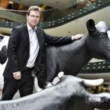 Faldende mælkepriser og et stadig stærkere marked presser Arla på omsætningen, viser regnskabet for 2015. Direktør Peder Tuborgh forventer et lige så hårdt 2016.