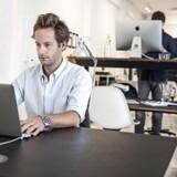 En af to stiftere og administrerende direktør, Oliver Bernhard, i Noscos kontorer i København. Den danske innovationsvirksomhed Nosco rådgiver virksomheder i innovation og har lavet en platform, hvor medarbejdere kan komme med konkrete ideer til konkrete problemstillinger i virksomheder. Andre medarbejdere kan stemme på ideerne, og man kan følge bestemte idémagere. Nærmest et socialt netværk for ideer. Har kunder som VW, Danfoss, Mærsk, Post DK, Basf - mange store spillere, og derfor satser de nu på USA.