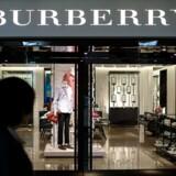 Den britiske luksusvarekoncern Burberry, der er mest kendt for sine karakteristiske tern, stiger med 4,6 pct. på børsen i London tirsdag formiddag efter spekulationer om, at koncernen vil forsvare sig mod eventuelle overtagelsestilbud.