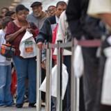 Arbejdsløse står i kø ved jobmesse i Baltimore Convention Center i Baltimore, Maryland. En række forskere har Beskæftiget sig med emnet om, at det samfundsmæssige fundament, som en solid middelklasse altid har udgjort politisk og økonomisk, er på vej ud i USA.