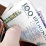Den svenske krone ligger ved 15-tiden i 0,7640 kr. mod 0,7652 kr. tirsdag ved 17-tiden. Der går 0,8227 danske kr. på en norsk krone mod 0,8270 kr. tirsdag.