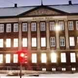 Danske Bank oplyste fredag, at man ville sælge komplekset i Holmens Kanal, der i alt omfatter 14 bygninger. Køberen er ejendomsinvestoren, Standard Life. Banken oplyste i forbindelse med salget, at man vil fortsætte med at anvende bygningerne som hovedsæde - nu som lejer.