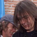 Det afgående AC/DC-medlem Malcolm Young (til højre) sammen med sin bror Angus, der også er guitarist i det legendariske band.