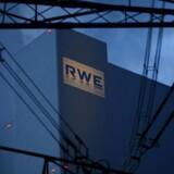 Det tyske energiselskab RWE er presset på flere fronter og venter, at selskabets overskud vil falde endnu mere i 2016, end tilfældet var i 2015.