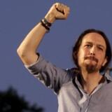 Podemos-lederen Pablo Iglesias er kendt, elsket og hadet for sit lange hår, der altid er samlet i en ?hestehale, men var slået ud, da premierministerkandidaten til mange spanieres forargelse forleden trådte ud af badet for rullende kameraer i bedste sendetid.