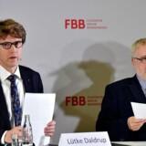 Adm. direktør i Berlin Brandenburg Airport (BER), Engelbert Luetke-Daldrup (til venstre) må igen erkende, at budgettet for den skandaleramte lufthavn ved den tyske hovedstad skrider.