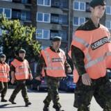For at afhjælpe det pressede politi vil regeringen indsætte Hjemmeværnet til at bevogte Danmarks grænser. Det skal ske under politiets ledelse. Samtidig skal den opgaveglidning, som indebærer, at andre faggrupper overtager politiopgaver, forøges fra 100 til 150 årsværk.