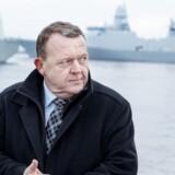 Statsminister, Lars Løkke Rasmussen sender fra Korsør flådehavn fregatten HDMS Peter Willemoes af sted som støtteskib for et amerikansk hangarskib i kampen mod ISIL. Løkke med Willemoes i baggrunden på vej mod Syrien. Torsdag den 26. januar 2017.