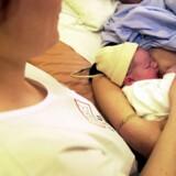 Gravide kvinder og forældre køber sig til omsorg, råd og vejledning i det private i forbindelse med et fødselsforløb. Det sker efter nedskæringer på barselsafdelingerne. Ifølge Lillian Bondo, formand for Jordmoderforeningen, bør det offentlige betale for de udgifter, der sikrer et godt fødselsforløb. (Arkivfoto) Free/Www.colourbox.com