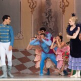 Fenella Cook og Robert Thomsen som Askepot og Prinsen foran stedmoderen og andre gæster til festen på slottet. Fra »Askepot« på Pantomimeteatret. Foto: Annet Ahrendt