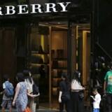Kunderne i luksusgaden Russell Street i Hong Kong vinduesshopper fra fortovet. Salget af luksusvarer er faldet med 15,9 procent det seneste år. viser tal fra slutningen af juni.