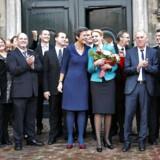 Sådan så det ud, da statsminister Helle Thorning-Schmidt (S) præsenterede sin nye SRSF-regering foran Amalienborg, da hun var kommet til magten mandag d.3.oktober 2011. Mandag præsenterer hun sin anden regering for dronningen, når det nye ministerhold skal en tur på Christiansborg.