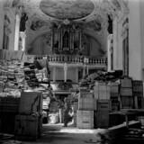Magasinet Der Spiegel beretter opsigtsvækkende nyheder om Hildebrand Gurlitt og hans forbindelser til ledende nazister. I hans søns - Cornelius Gürlitts - lejlighed i München fandt myndighederne sidste år 1.400 værdifulde malerier, som var blevet købt i 1940'erne. Sagen kom frem i november i år, 2013. Billedet her, som er fra 24. april 1945, viser en amerikansk soldat, der kigger på stjålen kunst, som nazisterne bl.a. gemte i en kirke i Ellingen i Tyskland. Berlingske ligger desværre ikke inde med et billede af det i artiklen omtalte slot i byen Aschbach i Sydtyskland.