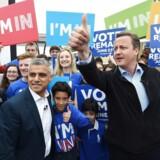 Den britiske premierminister David Cameron (th) og Londons nye borgmester, Sadiq Khan, (tv) hilser på tilhængere af at forblive i EU.