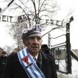 En overlevende fra Auschwitz, Miroslaw Celka, går gennem porten med sætningen: »Arbeit Macht Frei«. Celka har været med til at markere 70-årsdagen for lukningen af nazisternes dødslejr.