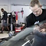 Arkivfoto: Bilforhandler Henrik Larsens værksted med mekaniker Claus Aalborg.