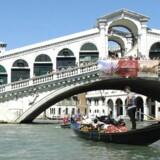 En af de mange arkitektoniske oplevelser, man kan suge til sig på årets biennale i Venedig, er en lille fotoudstilling i Palazzo Bembo tæt ved Rialtobroen (foto), hvor man kan nyde de smukke fotografier af Aarhus Universitet og få en fornemmelse af den nu afdøde C.F. Møllers eminente talent for at arbejde med nogle af arkitekturens virkemidler.
