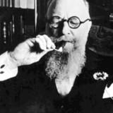 Thorvals Stauning tænder en cigar. Stauning var statsminister i Danmark under krisen i 1930erne og senere ved Anden Verdenskrigs udbrud.