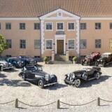 Et udpluk af den danske milliardær Henrik Frederiksens imponerende bilsamling foran hans gods Lyngsbækgaard på Mols. Snart bliver bilerne solgt på auktion.