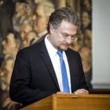 Henrik Dahl (LA) skriver som nyt medlem af Folketinget under på Grundloven.