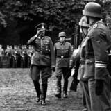 Frikorps Danmarks afskedsparade med general von Hanneken skridter tropperne af, ledsaget af danske generalløjtnant Gørtz og brigadefører Hanstein (th).