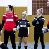 Stine Bodholt, Kristina Kristiansen og Sarah Iversen ved dagens træning i Oldenburg torsdag 7. december 2017 inden VM kampen mod Rusland fredag . (Foto: Liselotte Sabroe/Scanpix 2017)