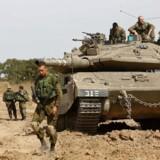 Israelske soldater står vagt ved grænsen mellem Israel og Gazastriben onsdag 4. maj.