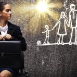 Når kvinderne runder trediveårsalderen bliver mange af dem fanget i et spænd mellem ambitioner på karrierefronten og ambitioner på hjemmefronten, lyder det i en ny rapport, der undersøger de bagvedliggende årsager til, at kvinder står med et ben i hver lejr.