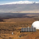 Her, på flanken af kæmpevulkanen Mauna Loa på Hawaii, boede seks »marsforskere« i et helt år, før de mandag endelig vendte hjem til Jorden.