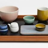 Snorre Stephensen: Bakke af teaktræ og formica med porcelæn til japansk måltid. 1984. Foto: Designmuseum Danmark