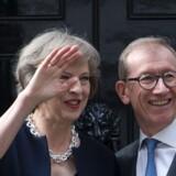Den nye britiske premierminister, Theresa May, og hendes regering vil løbe ind i en masse problemer på vejen ud af EU. Det forudser Josef Janning, der er analytiker ved en tænketank i Berlin. Her ses den nye premierminister sammen med sin mand, Philip John May, uden for Downing Street 10. Scanpix/Justin Tallis