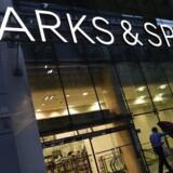 Det britiske detailhandelsselskab Marks & Spencer har en hård fredag på børsen i London, hvor aktien ved middagstid falder 2,6 pct. i et ellers grønt marked. REUTERS/Toby Melville