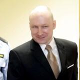 I løbet af tre timer forklarede massemorderen Anders Breivik, hvorfor han mener, at han soner under »umenneskelige« forhold. Blandt dem var, at han i en periode skulle spise med plastikbestik.