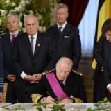 Kronprins Philippe af Belgien ser her på, mens hans far, kong Albert II af Belgien - nu prins Albert af Belgien - skriver under på abdikationspapirerne kl. 10:30 i Bruxelles.
