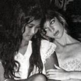 En meget ung Suzanne Brøgger (th) med en veninde. Udateret foto. Privateje. Foto fra bogen