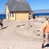 Som sommerhusejer ved kyststrækningen i Skagen udfordres man af naturens kræfter. Et storstilet kystsikringsprojekt trækker ud efter bøvl og bureaukrati som her, hvor grundejerforeningens formand, den tidligere Fona-ejer Poul Kjær, peger på problemet ved sommerhuset Fellen. Foto: Birgitte Erhardtsen