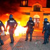Brændende barrikader på Nørrebro i forbindelse med nedrivningen af Ungdomshuset på Jagtvej 69.Onsdag er det præcis 10 år siden, at Ungdomshuset på Nørrebro i København blev ryddet. Klik videre og se en række billeder fra den dramatiske begivenhed - og ugerne, der fulgte.