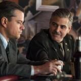 George Clooney og Matt Damon i filmen »Monumenternes mænd« og den amerikanske specialstyrke, der skaffede nazisternes beslaglagte kunst tilbage. Nu viser det sig, at det bayerske kontor, der overtog ansvaret for kunstværkerne i flere tilfælde solgte det tilbage til kunstranerne.